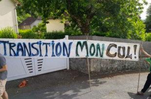 """Manifestant avec une affiche """"transition mon cul"""""""