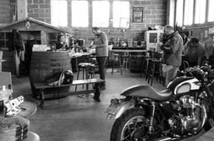Clients buvant des bières à la brasserie des anges buvant des bières avec Stéphanie Coulange
