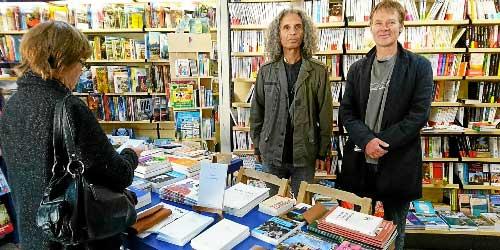 Hervé Krief, (au centre) l'auteur et Olivier Bodilis, de la librairie « Passage » à Brasparts étaient de passage à la Maison de la Presse jeudi matin.