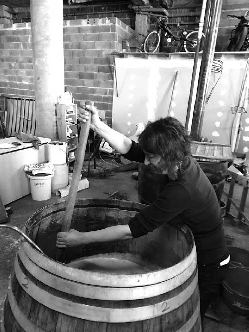 Stéphanie Coulange en train de brasser la bière dans la brasserie des anges à Chamboulive en Corrèze