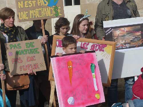 Enfants et parents de tous âges manisfestant contre le réchauffement climatique à Brive la Gaillarde