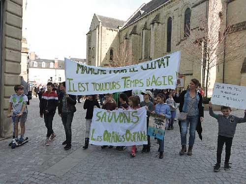 Enfants et familles marchant contre le climat à Brive La Gaillarde