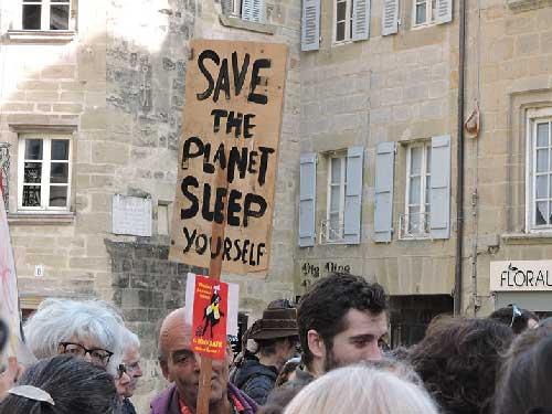 """Banderole de la marche contre le climat avec écrit """"Save the planet sleep yourself"""" à Brive la Gaillarde"""