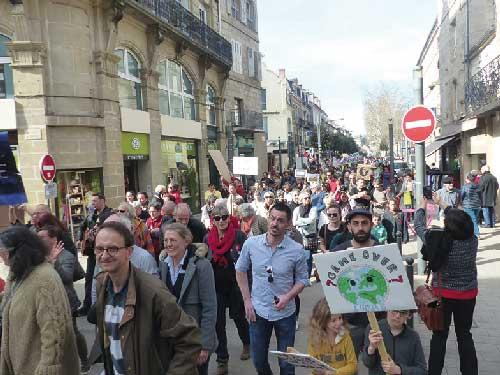 Population Corrézienne manifestant contre le réchauffement climatique à Brive la Gaillarde
