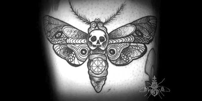 Tatouage représentant un papillon avec une tête de mort