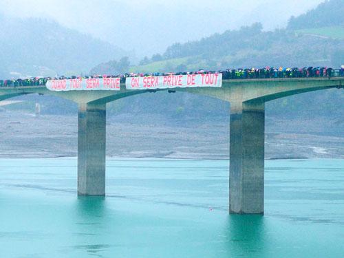 Gigantesque banderole suspendue au-dessus du barrage de Serre-Ponçon